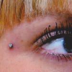 Дермальный пирсинг возле глаза