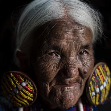 poslednie-zhenshhiny-plemen-s-tatuirovannymi-licami-iz-myanmy-2